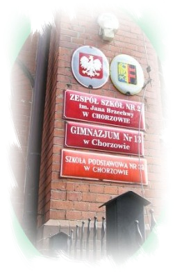 Tablice z nazwą szkoły.