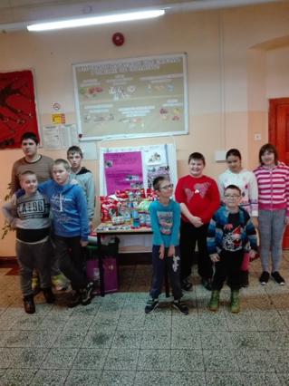 Uczniowie przed darami dla schroniska dla zwierząt.